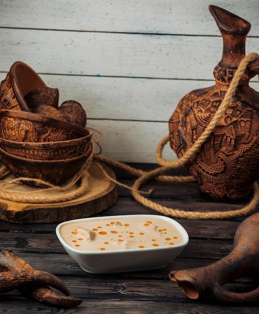 ローストチキンクリームチーズソースのボウル 無料写真