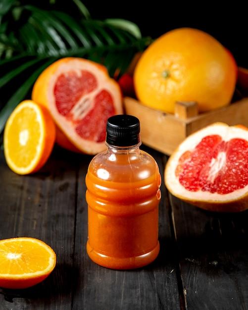 プラスチックボトルのグレープフルーツジュース 無料写真