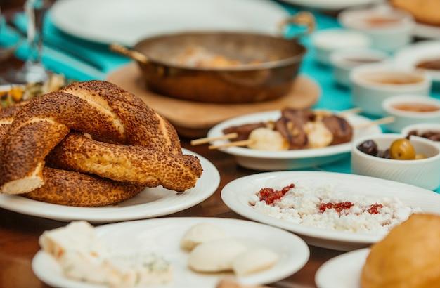 トルコの朝食にゴマをまぶした円形のパン 無料写真