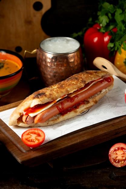 Колбаса хот-дог с взбитым айраном Бесплатные Фотографии