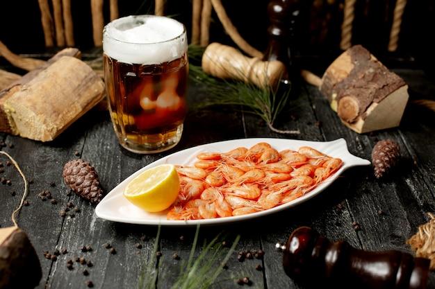 レモンスライスとグラスビールのエビ 無料写真