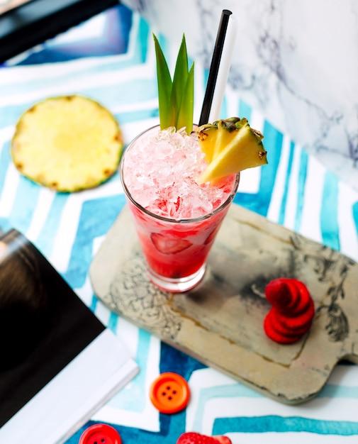 氷とパイナップル入りストロベリージュース 無料写真
