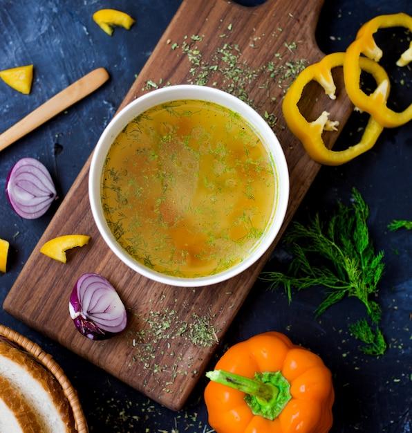 スライスした黄色い紙の野菜スープ 無料写真