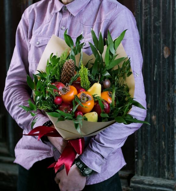 Человек, держащий фруктовый букет Бесплатные Фотографии