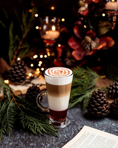 Многослойный кофейный напиток подается в бокале Бесплатные Фотографии