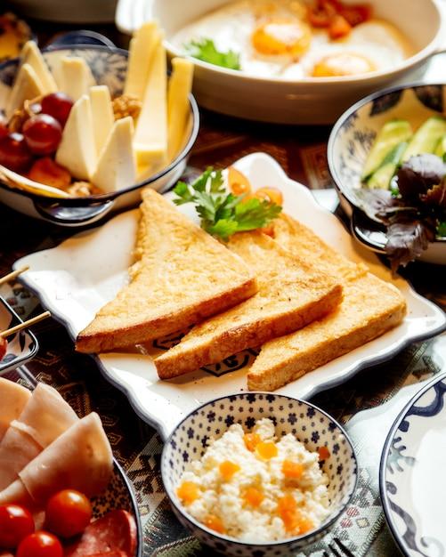 Разнообразный завтрак с крекерами Бесплатные Фотографии