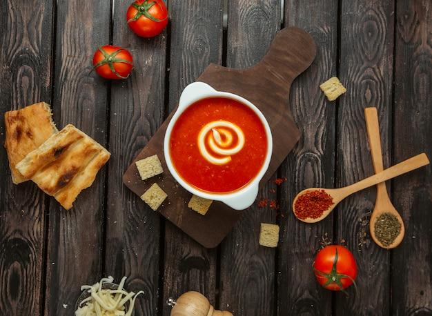 タンドールパンを添えてクリームとトマトソースのトップビュー 無料写真