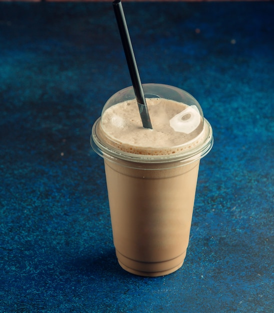黒いストローでコーヒーカフェラテのプラスチックカップのトップビュー 無料写真