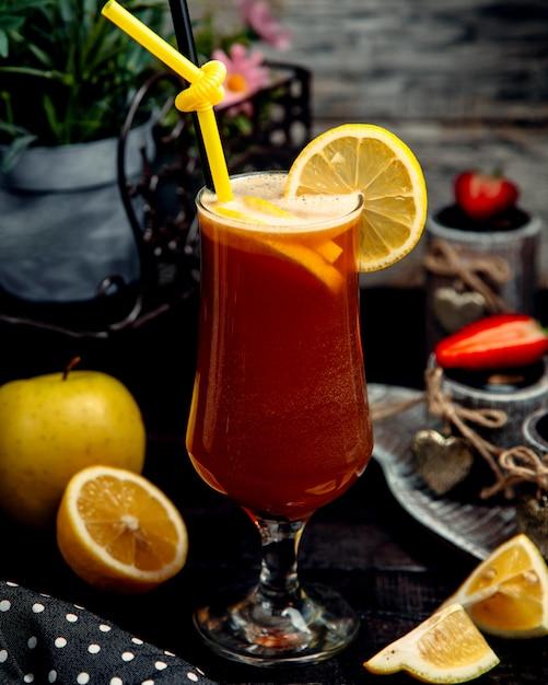Ледяной фруктовый чай на столе Бесплатные Фотографии