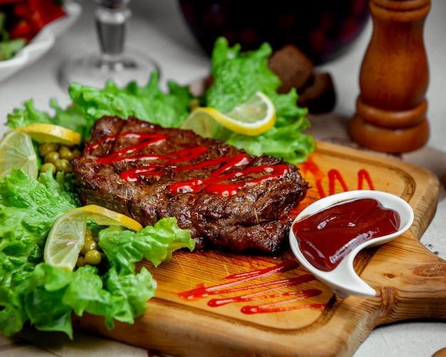 牛肉のマリネステーキ、ケチャップとレモン添え 無料写真