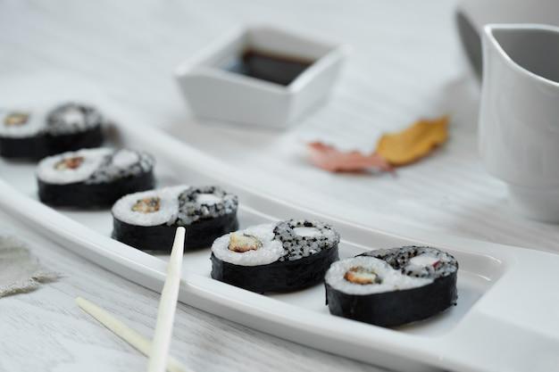 プレートのソース添え黒寿司 無料写真