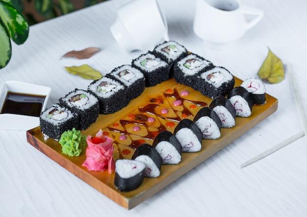 テーブルにセットされた黒寿司 無料写真