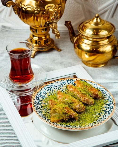 Турецкий десерт треугольной формы с фисташками Бесплатные Фотографии