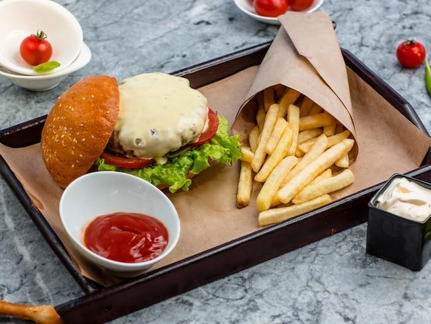 テーブルの上のフライドポテトとハンバーガー 無料写真
