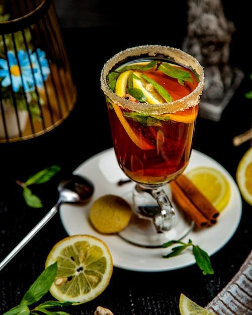 レモンスライスミントの葉とシナモンスティックとシナモンの飲み物のガラス 無料写真