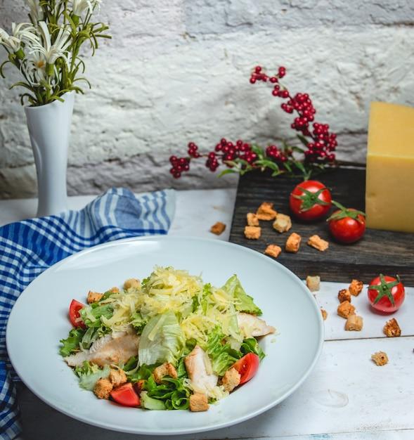 テーブルの上のチキンシーザーサラダ 無料写真