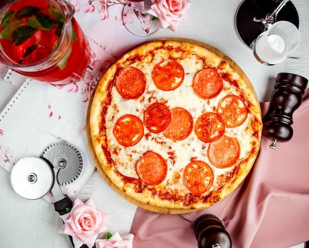 チーズとトマトのカリカリピザ 無料写真
