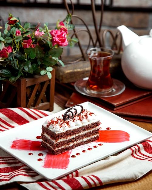 チョコレートで飾られた赤いベルベットの部分ケーキ 無料写真