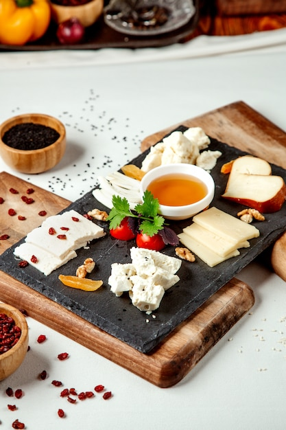 テーブルの上のチーズプレート 無料写真