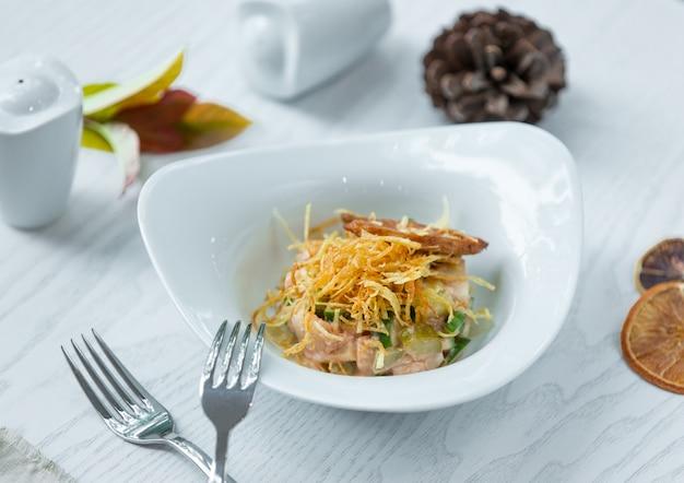 Рыбный салат с овощами и чипсами Бесплатные Фотографии