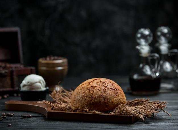テーブルの上の新鮮な茶色のパン 無料写真