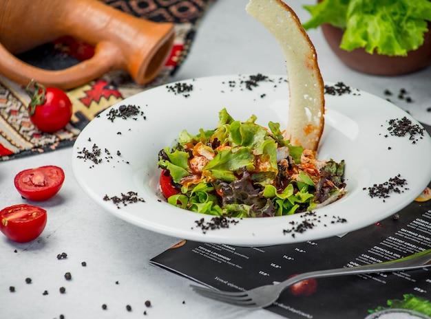 野菜と新鮮なチキンサラダ 無料写真