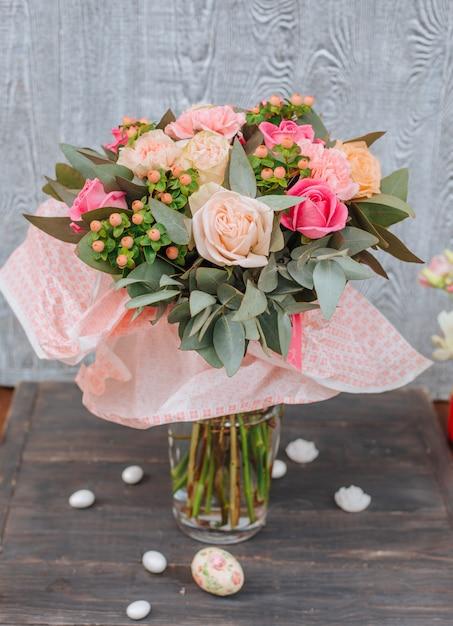 テーブルの上の新鮮な花の花束 無料写真