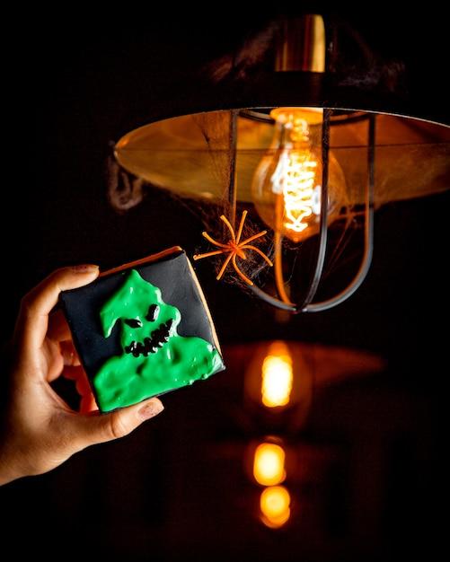 Хэллоуин печенье на фоне яркой лампочки Бесплатные Фотографии