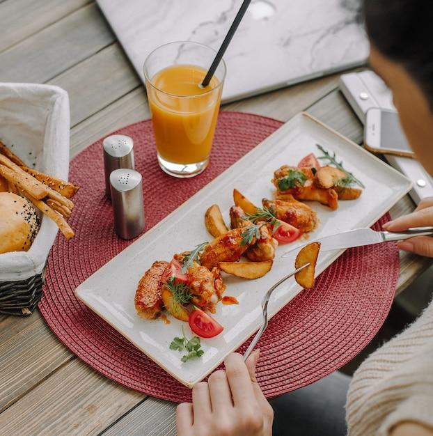 テーブルの上のポテトとフライドチキン 無料写真