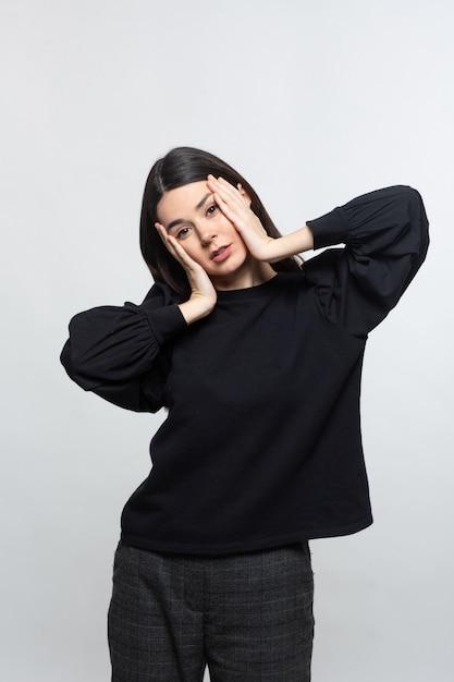 Женщина в черном свитере демонстрирует головную боль Бесплатные Фотографии