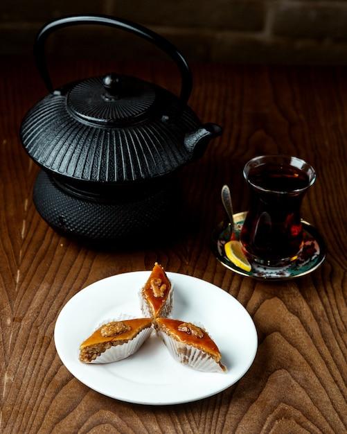 Черный чай с пахлавой на столе Бесплатные Фотографии