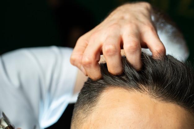 Парикмахерская проверяет пальцами волоски Бесплатные Фотографии