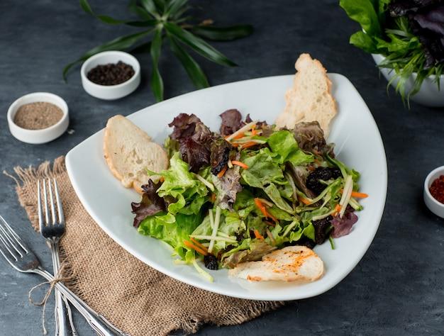 テーブルの上のクルトンとグリーンサラダ 無料写真