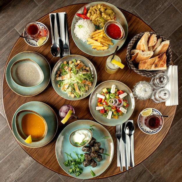Обеденный набор с долма супами, салатами и курицей с рисом и картофелем фри Бесплатные Фотографии
