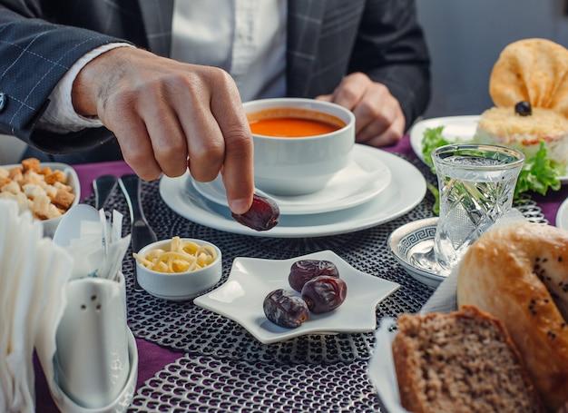 クルマトマトスープとチーズテーブルの上 無料写真