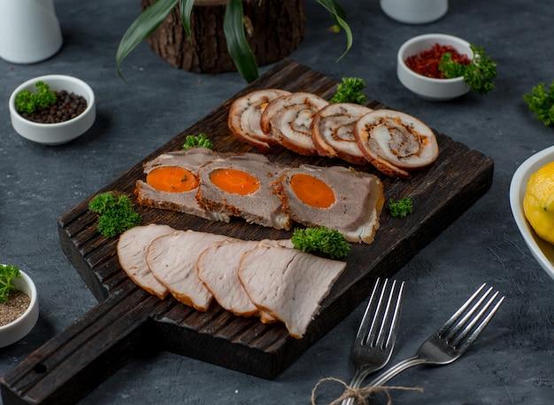 テーブルの上の肉皿 無料写真