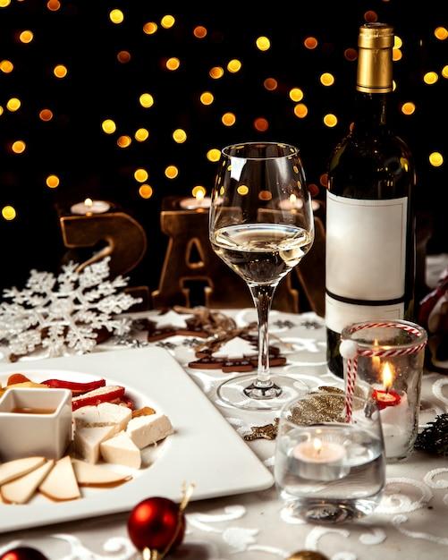 チーズプレートと白ワインのガラス 無料写真