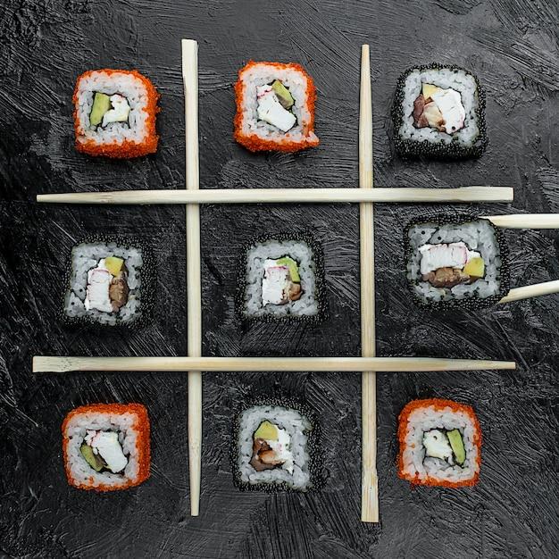 Различные рыбные суши на столе Бесплатные Фотографии