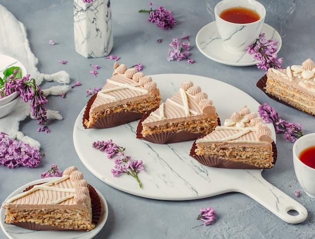 テーブルの上の紅茶と甘いクリームケーキ 無料写真