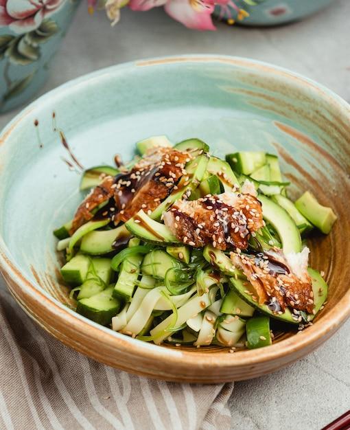 Бальзамический салат с курицей и огурцами Бесплатные Фотографии