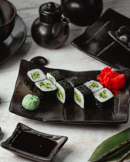 ご飯と黒寿司トップビュー 無料写真
