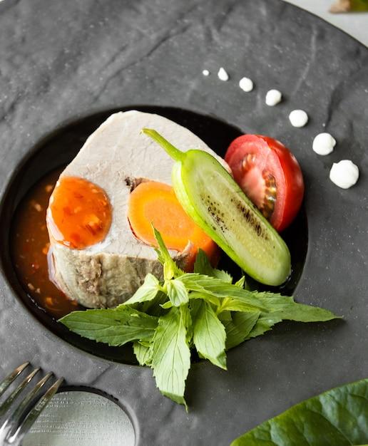 テーブルの上の野菜と魚の煮込み 無料写真