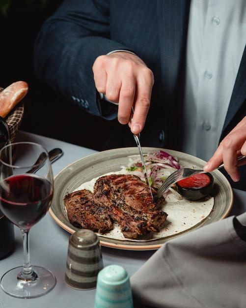 おいしいステーキとスパイシーなソース 無料写真