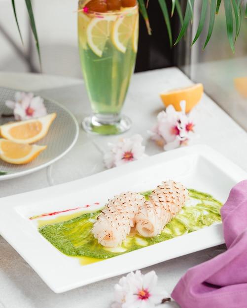 テーブルの上のソースの魚 無料写真