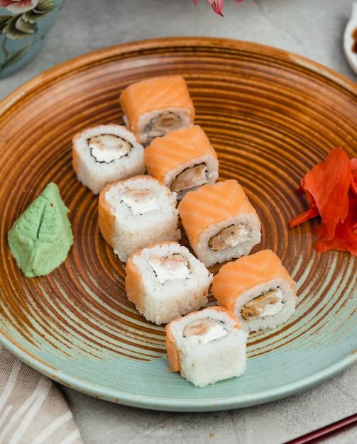 円形プレート上の魚寿司 無料写真