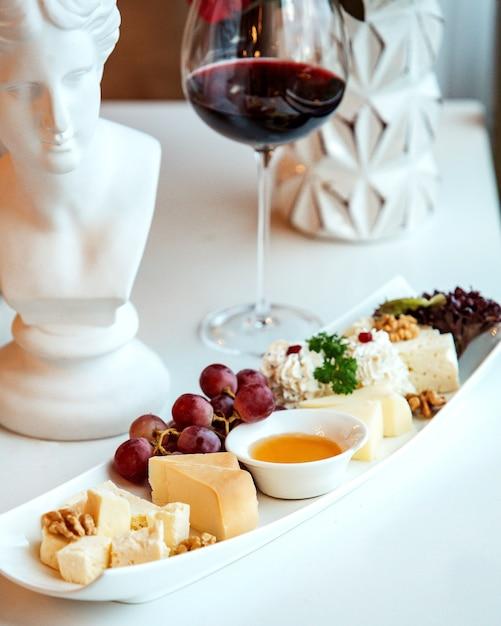 チーズと赤ワインのガラスのプレート 無料写真