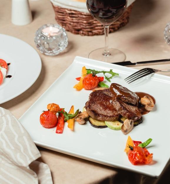 Мясные колечки в соусе с запеченными овощами Бесплатные Фотографии