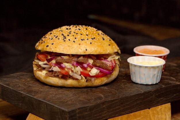 Мясо донер в хлебе на деревянной доске Бесплатные Фотографии