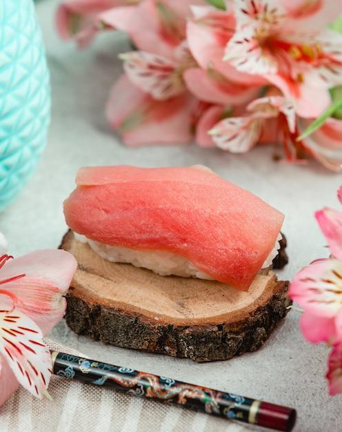 ご飯と魚の寿司を開く 無料写真