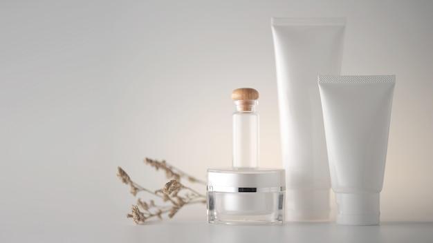 カラー背景に化粧品のセット。 Premium写真